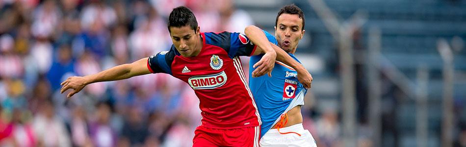 Carlos Cisneros de Guadalajara y Omar Mendoza de Cruz Azul en la Jornada 2 del Torneo Clausura 2016. (Foto: afpforum.com)